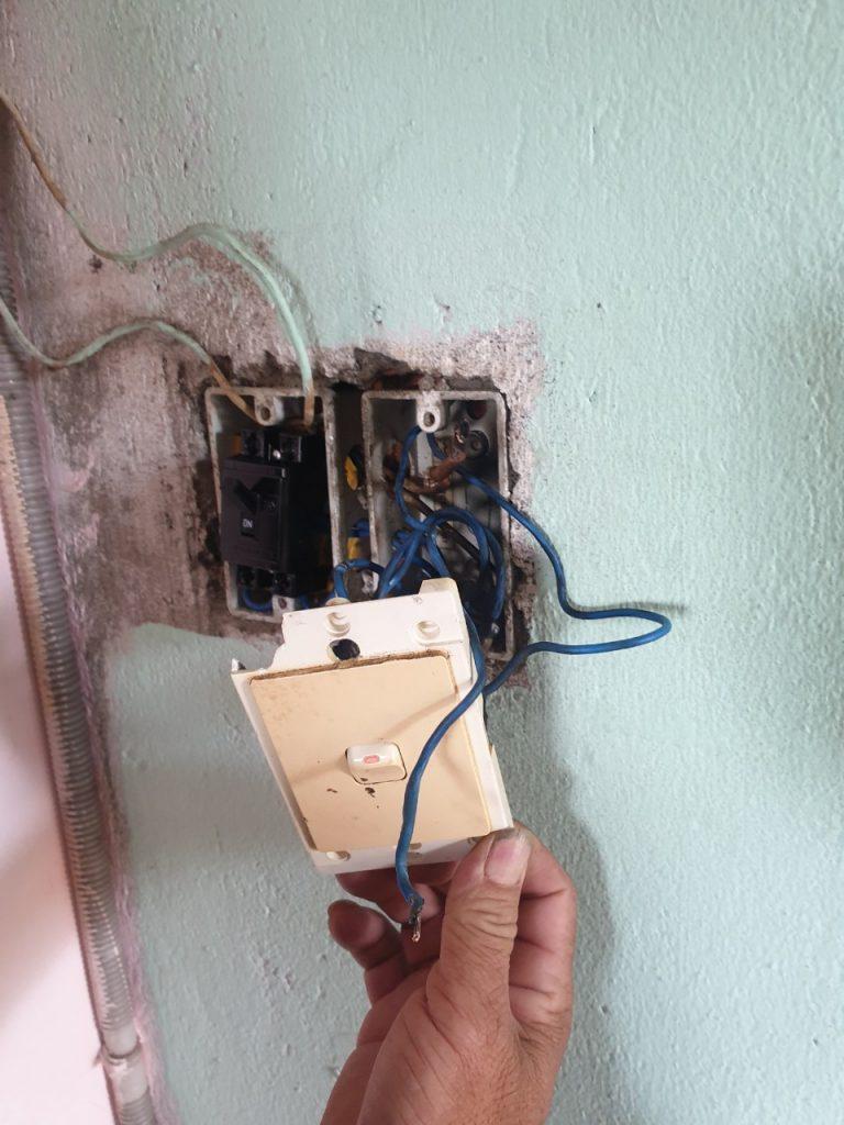 thợ sửa điện chập cháy